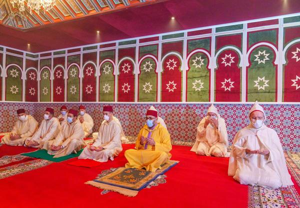 أمير المؤمنين صاحب الجلالة الملك محمد السادس نصره الله يؤدي صلاة عيد الفطر المبارك