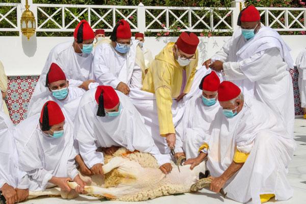 أمير المؤمنين صاحب الجلالة الملك محمد السادس نصره الله يؤدي صلاة عيد الأضحى ويقوم بنحر أضحية العيد
